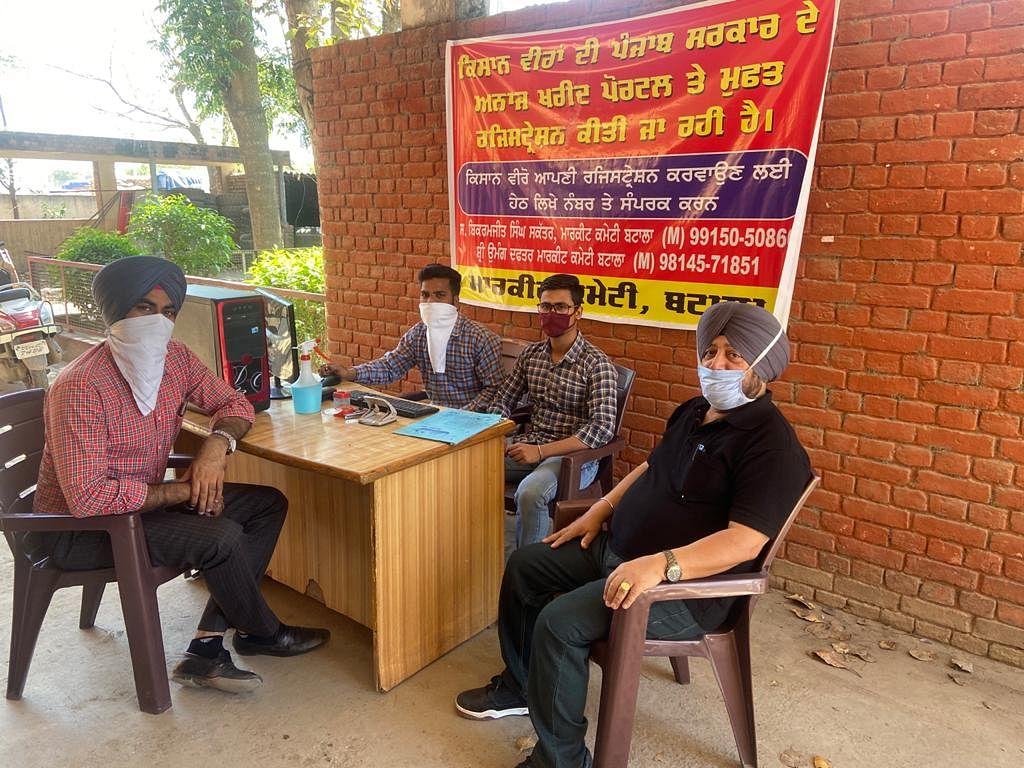 कैप्शन:- दाना मंडी बटाला (गुरदासपुर) में अनाज खरीद पोर्टल पर विशेष पंजीकरण दल
