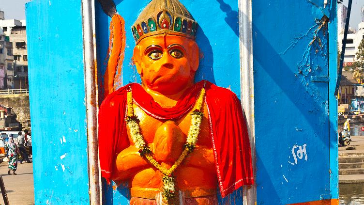 दिल्ली में बढ़ती गर्मी का गुस्सा महेश ने भगवान हनुमान पर निकाला