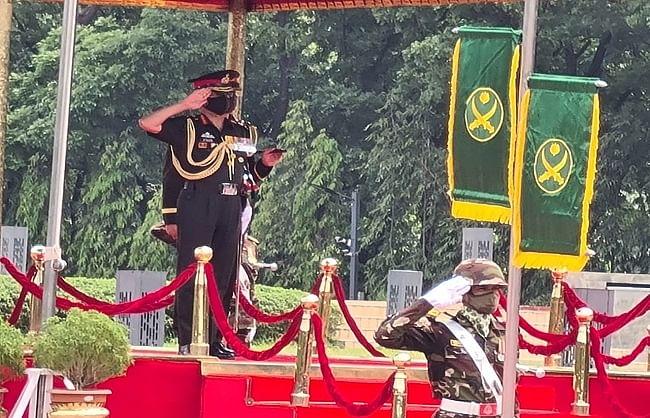 रक्षा सहयोग और द्विपक्षीय संबंध बढ़ाने बांग्लादेश पहुंचे सेना प्रमुख..
