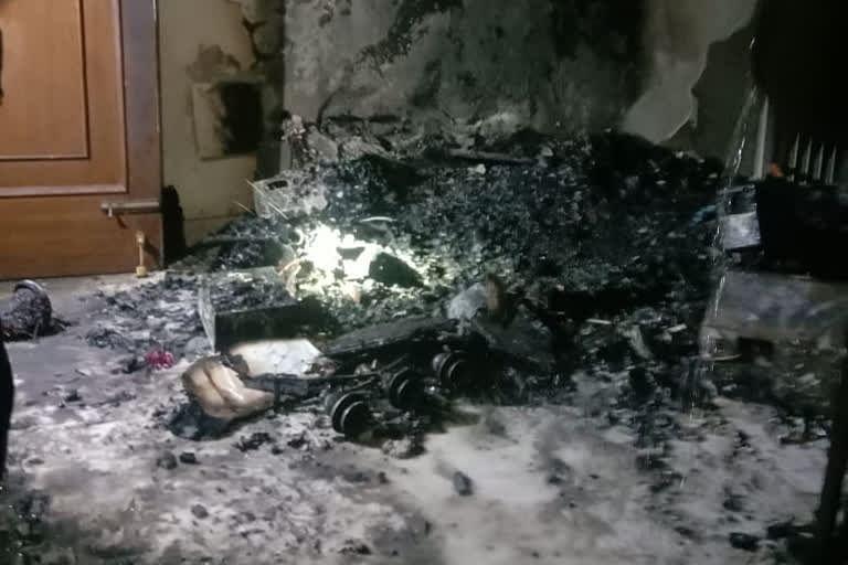 बिल्डिंग में लगी भीषण आग, दमकल कर्मियों ने पांच लोगों को बचाया