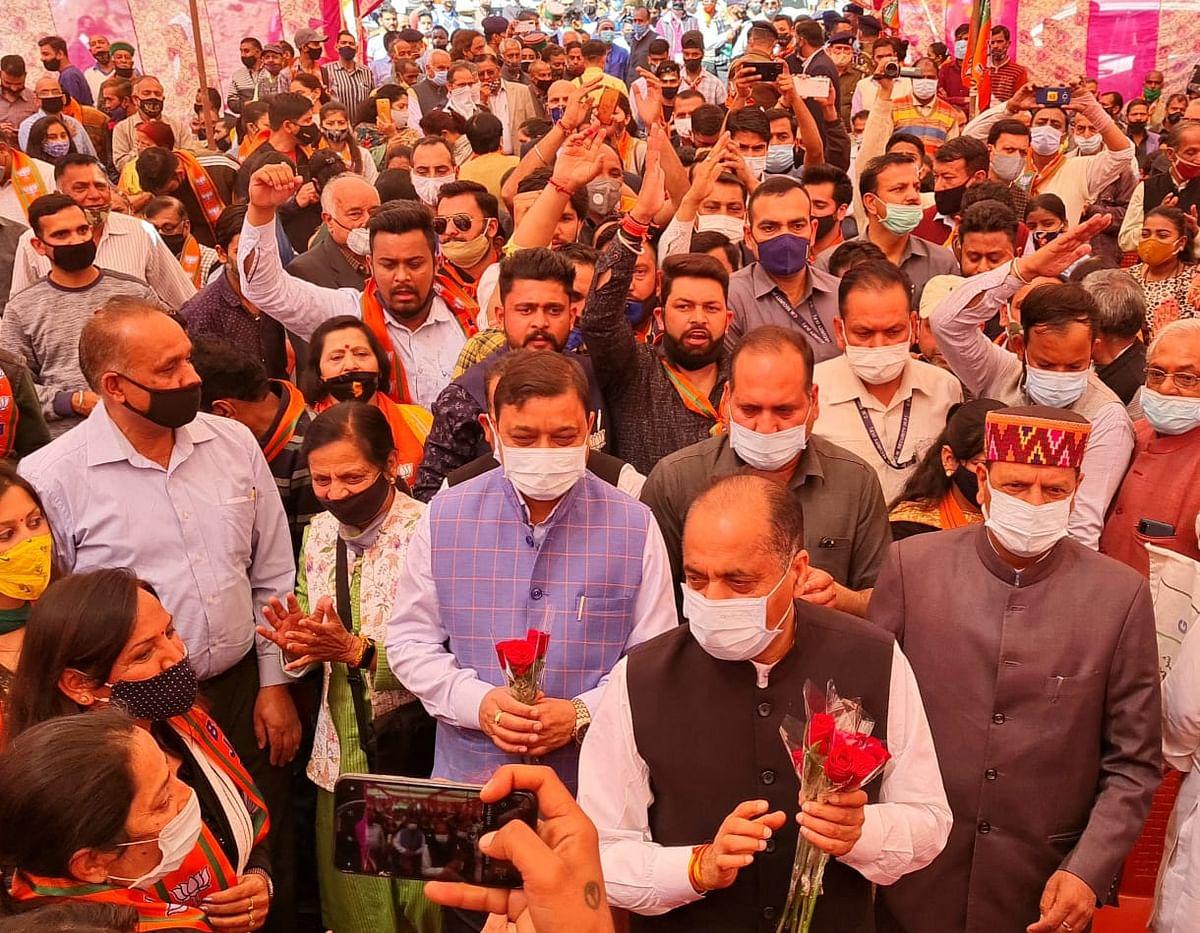 सोलन : नगर निगम चुनावों में भाजपा प्रत्याशियों के पक्ष में मुख्यमंत्री ने किया तूफानी दौरा