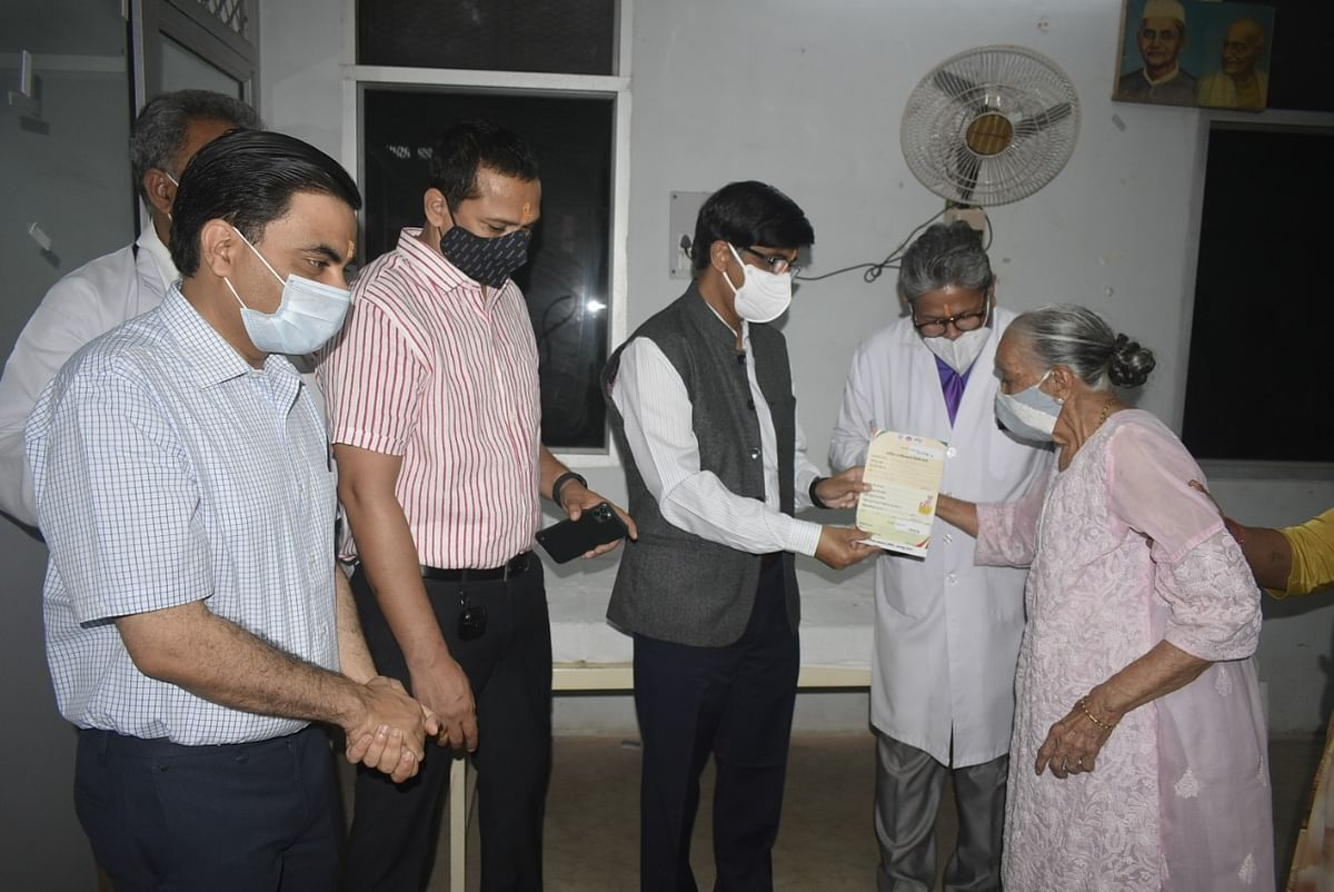 आईआईटी निदेशक ने कोरोना टीका उत्सव का किया शुभारंभ, सबसे पहले उर्मिला भार्गव को लगा टीका