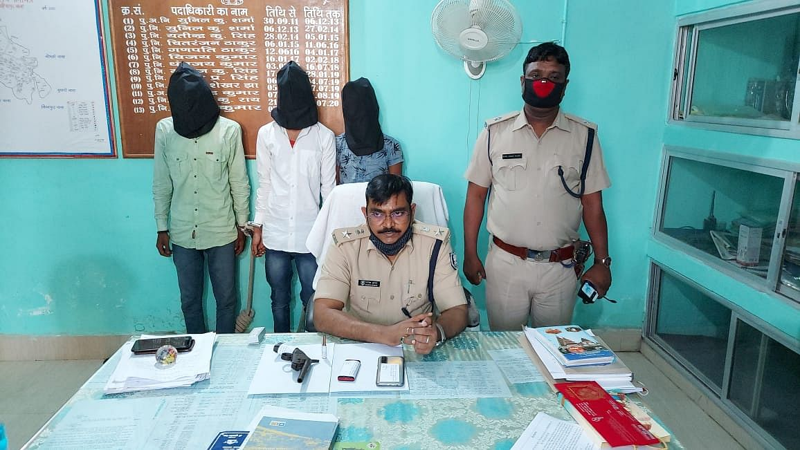 मादक पदार्थ और आर्म्स के साथ तीन अपराधी गिरफ्तार