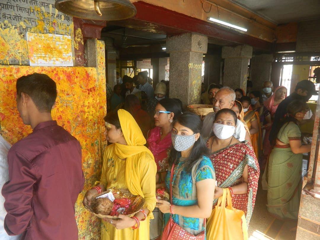 शीतलाष्टमी पर शीतला मंदिर में दर्शन पूजन के लिए महिलाओं की उमड़ी भीड़