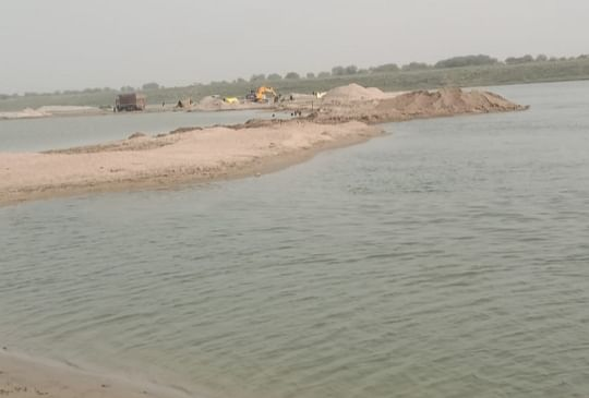fatehpur-case-filed-for-mining-by-damming-yamuna39s-stream-fined-25-lakh