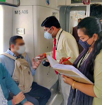 कोरोना गाइडलाइन का पालन करा रही दिल्ली मेट्रो, 648 यात्रियों के काटे चालान