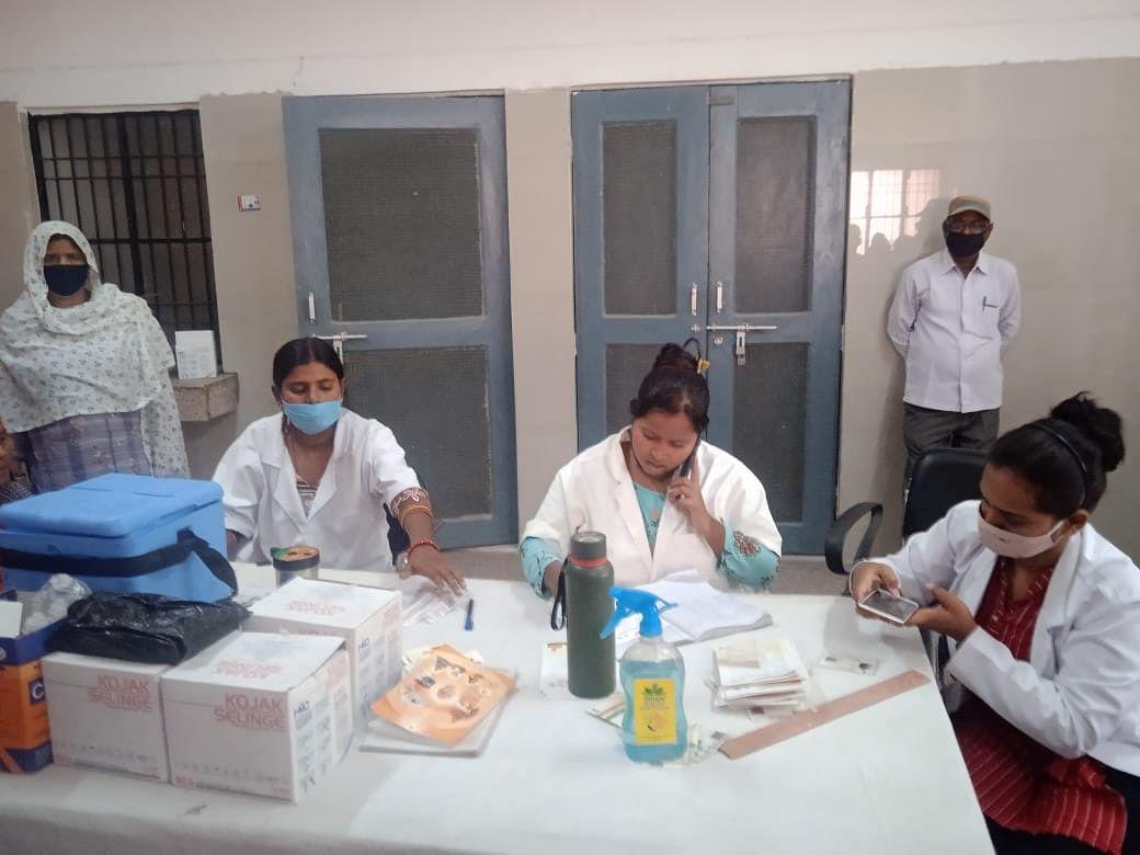 औरैया : कोरोना टीकाकरण करवाने के लिए लोगों ने दिखाई सजगता