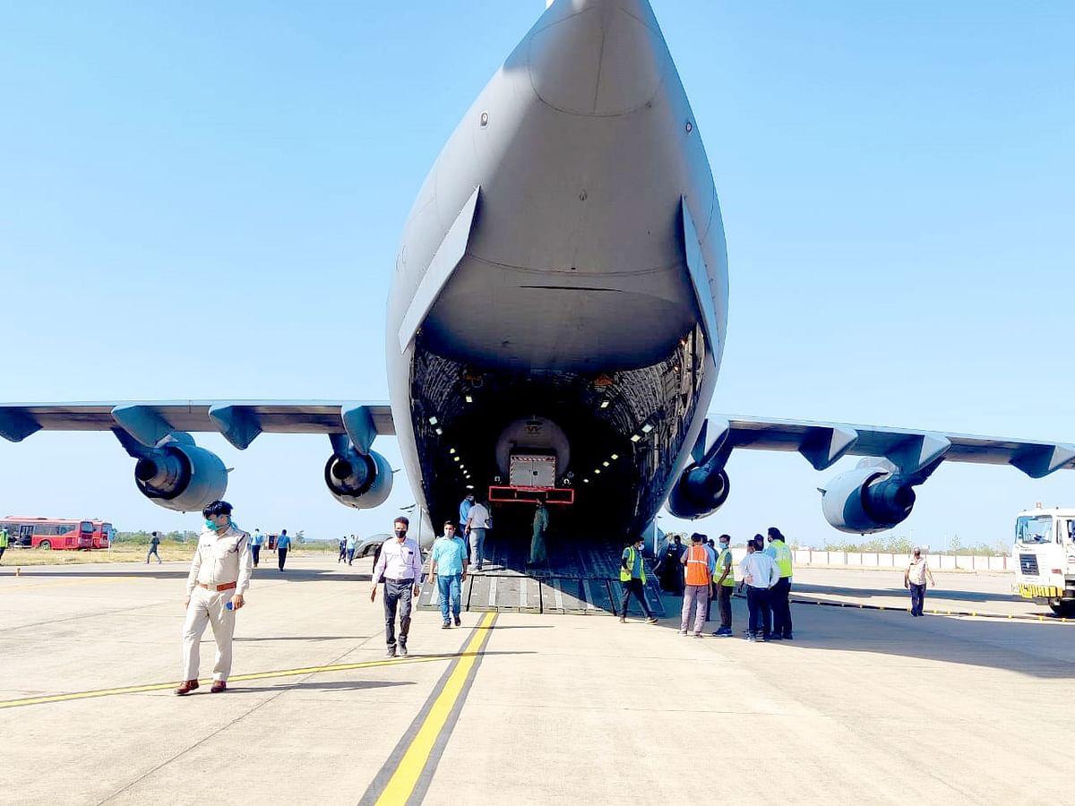 मध्य प्रदेश में ऑक्सीजन की पूर्ति के लिए वायु सेना का विमान 'सी सेवेनटीन' आया