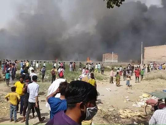 नोएडा: बेहलोलपुर की झुग्गी बस्ती में लगी भीषण आग, दो बच्चों की मौत