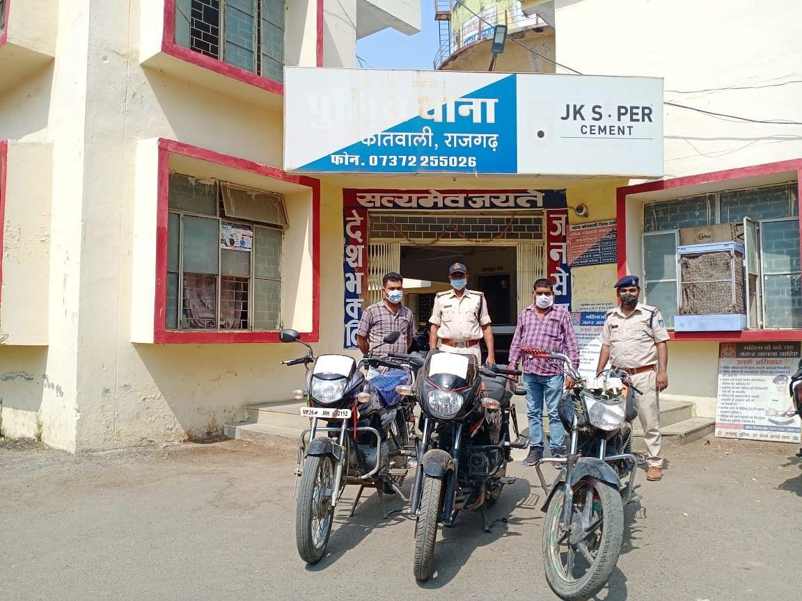 चैकिंग के दौरान बाइक चोर को पकड़ा, तीन बाइकें जब्त