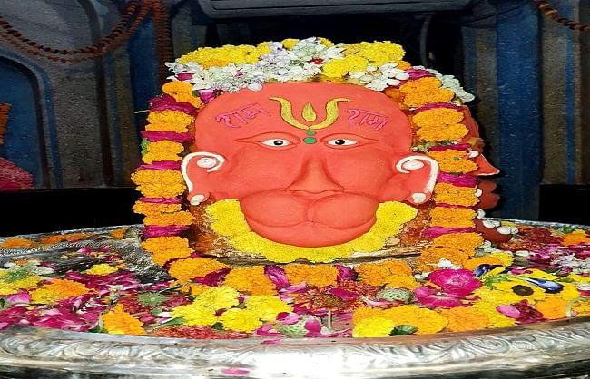 मनकामेश्वर मंदिर में बजरंगबली जयंती पर हनुमान चालीसा का पाठ, शिवलिंग को सजाया