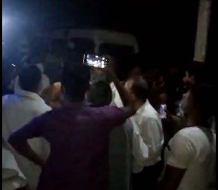 हंगामा करने पर पुलिस ने लाठियां भांजकर भीड़ को भगाया