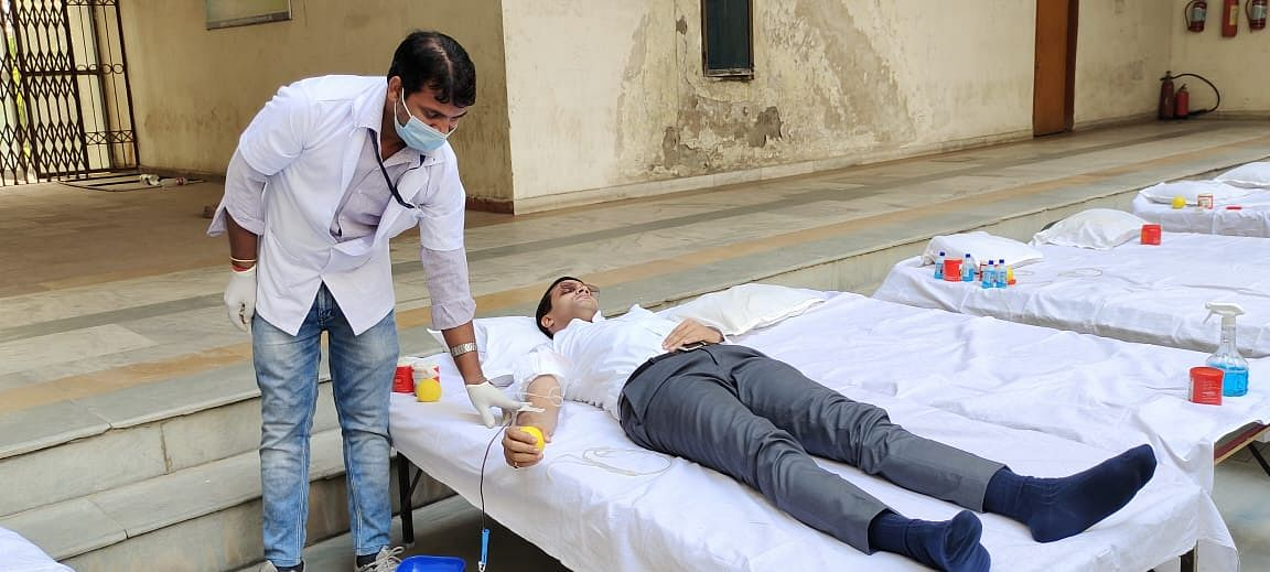 deputy-commissioner-donated-blood-appealed-to-ranchi-residents-to-donate-blood