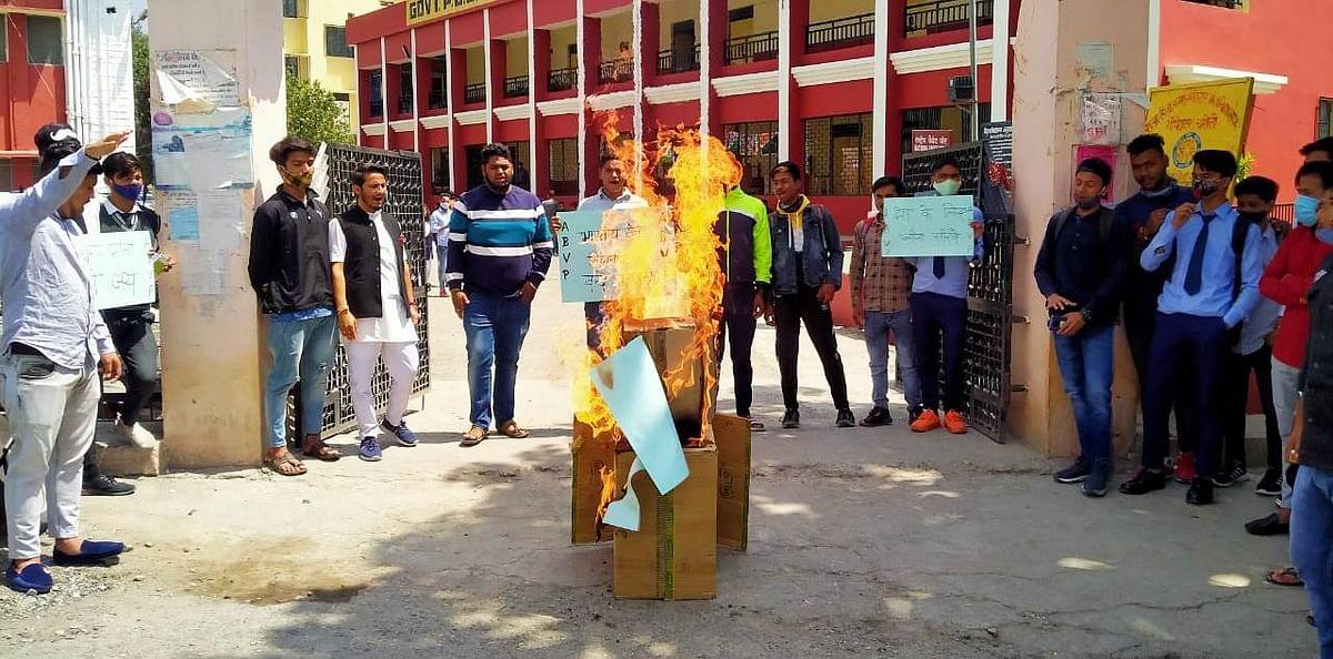 बीजापुर नक्सली हमले के विरोध में एबीवीपी ने फूंका पुतला