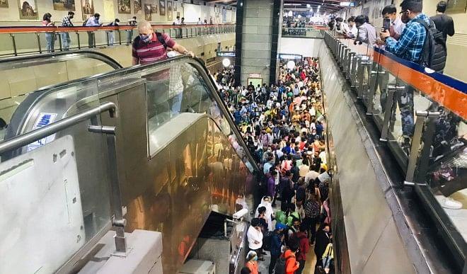 तकनीकी खराबी ने बढ़ाई दिल्ली मेट्रो में सफर करने वालों की परेशानी, स्टेशन पर उमड़ी भीड़