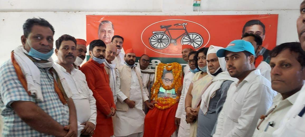 जौनपुर : पार्टी कार्यालय में सपा ने मनाया डा. भीमराव आंबेडकर जंयती