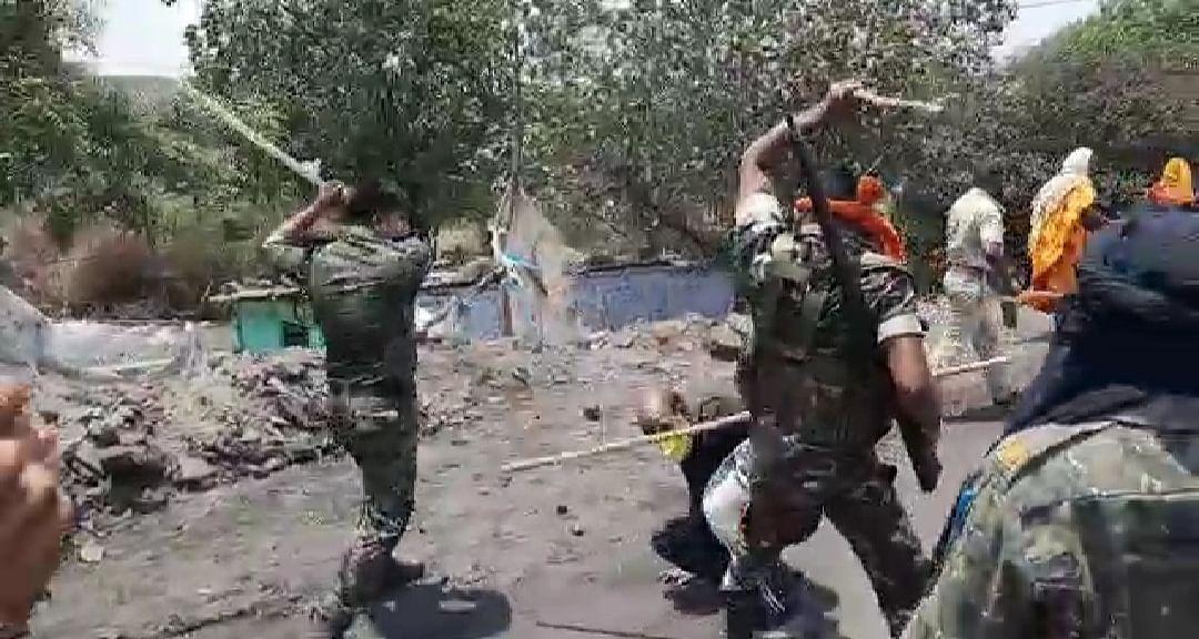 बीसीसीएल के लोडिंग पॉइंट पर दो गुट आपस में भिड़े, पत्थरबाजी के बाद चली गोलियां, पुलिस ने किया लाठीचार्ज