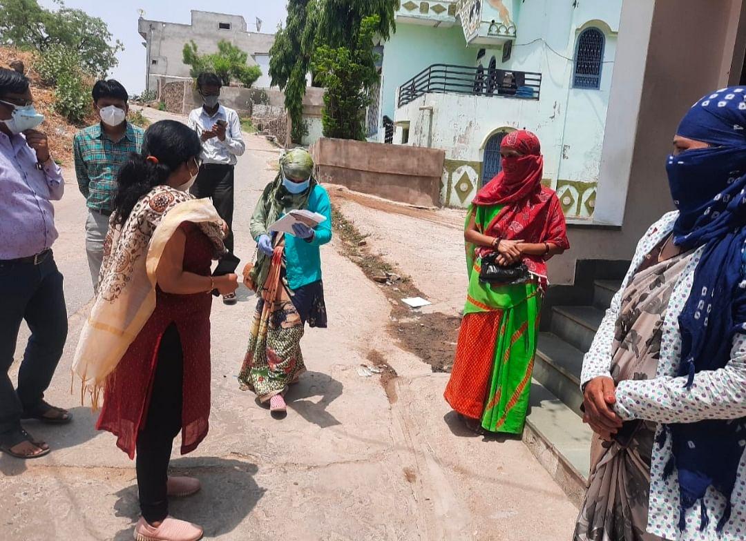 सीईओ ने गांवों में पहुंचकर होम आइसोलेट मरीजों से किया संवाद, विवाह आयोजन का किया निरीक्षण