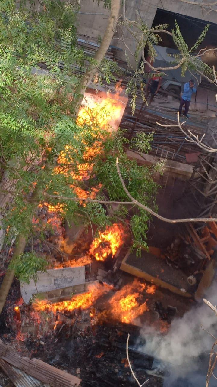 निर्माणाधीन मॉल के गोदाम में लगी आग लगी, करोड़ों का नुकसान होने से बचा