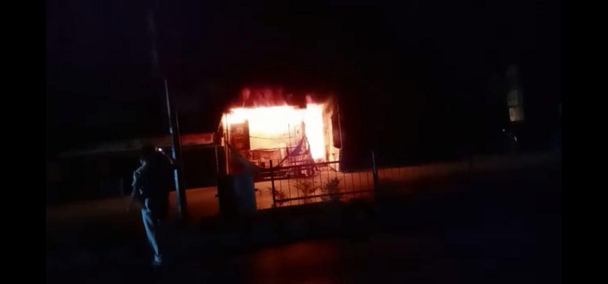 शॉर्ट सर्किट से दुकान में लगी आग, लाखों का नुकसान