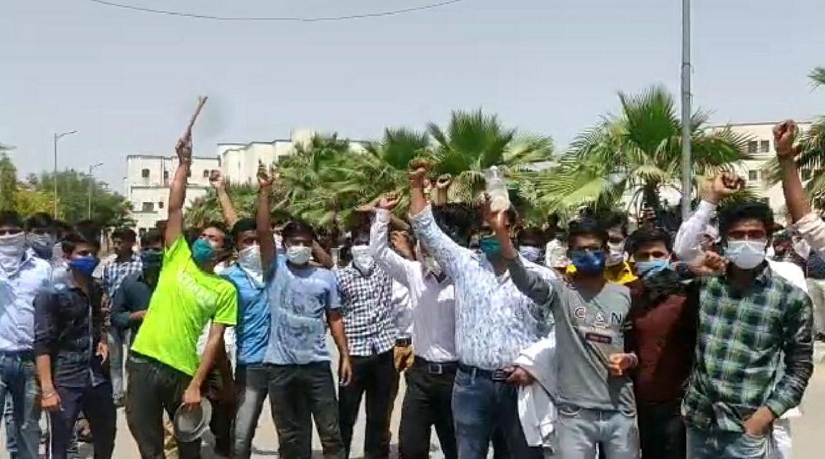 इटावा : बिजली-पानी को तरस रहे सैफई चिकित्सा विश्वविद्यालय के छात्रों ने खाली बाल्टी लेकर किया प्रदर्शन