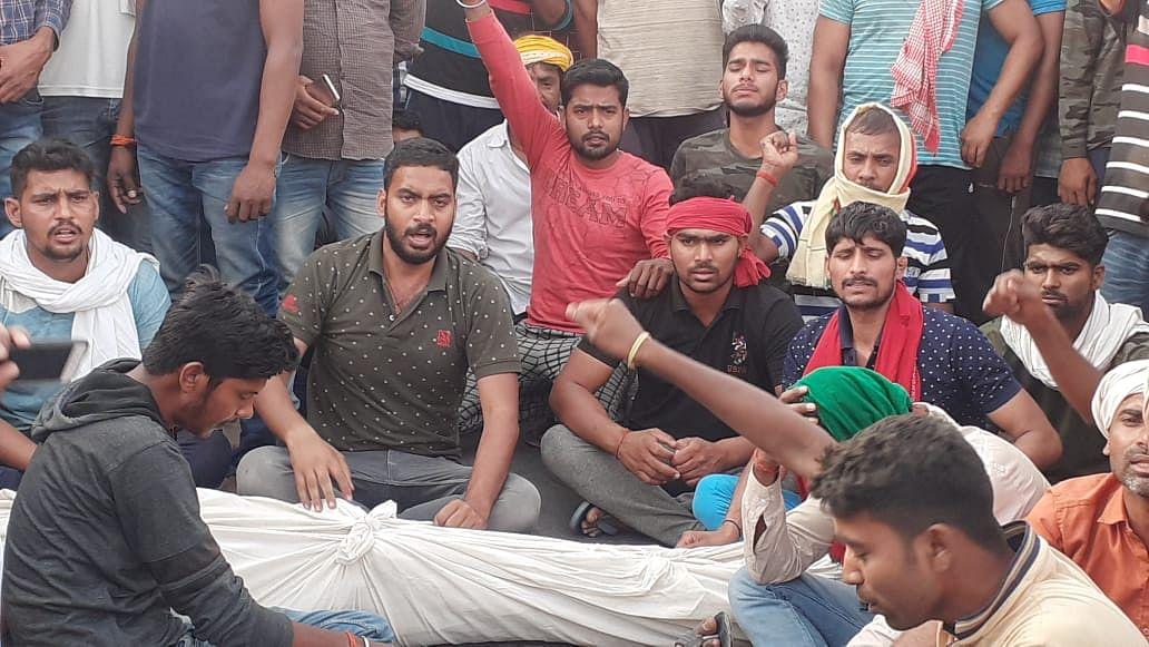 प्रधान पद के दावेदार की हत्या से नाराज समर्थकों ने शव सड़क पर रख किया चक्का जाम