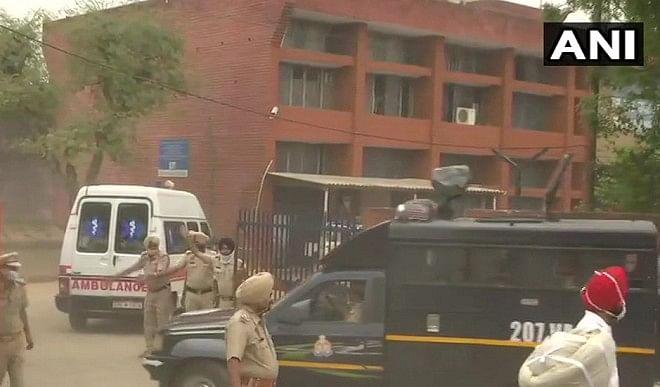 बाहुबली-मुख्तार-अंसारी-को-पंजाब-पुलिस-ने-UP-पुलिस-को-सौंपा-अब-बांदा-जेल-होगा-नया-पता
