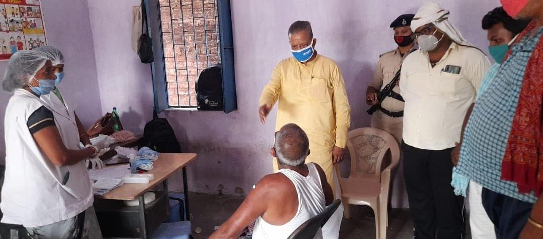 भोजपुर के बड़हरा में भाजपा विधायक राघवेन्द्र प्रताप सिंह ने टीका केंद्रों का लिया जायजा