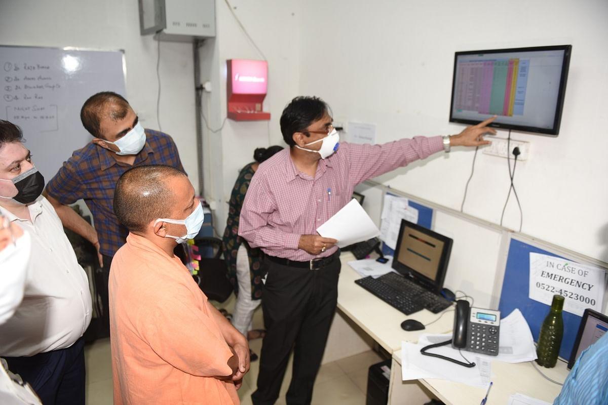 मुख्यमंत्री ने देर रात लखनऊ के इन्टीग्रेटेड कमाण्ड एण्ड कण्ट्रोल सेण्टर का किया आकस्मिक निरीक्षण