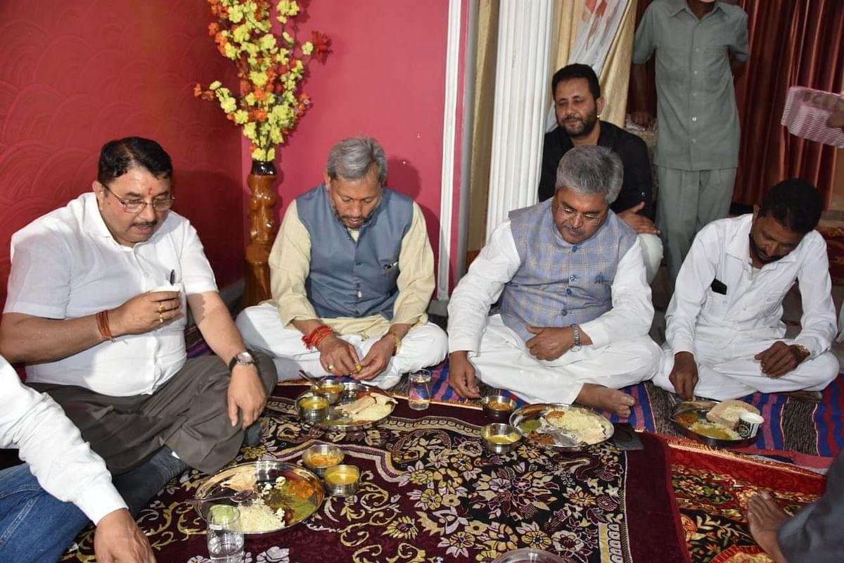 मुख्यमंत्री ने दलित ग्राम प्रधान के घर किया भोजन