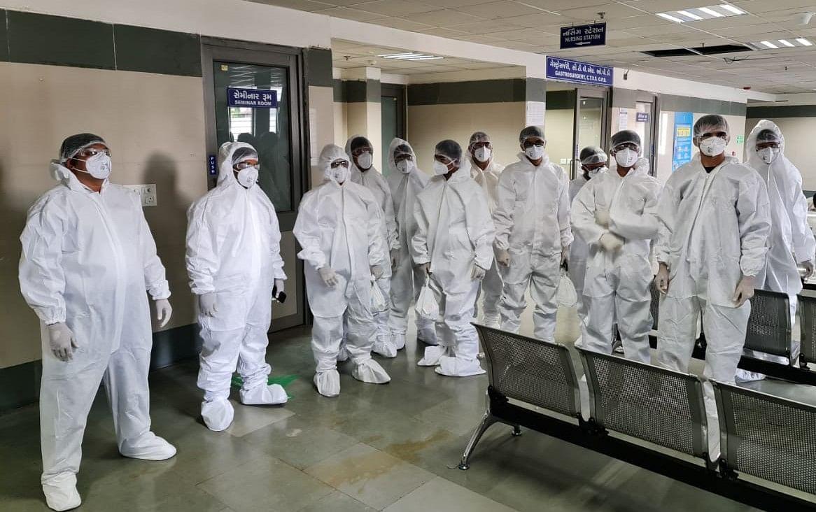 अहमदाबाद : अस्पताल में मरीजों की सेवा से लेकर श्मशान पर भी सहयोग कर रहे हैं स्वयंसेवक