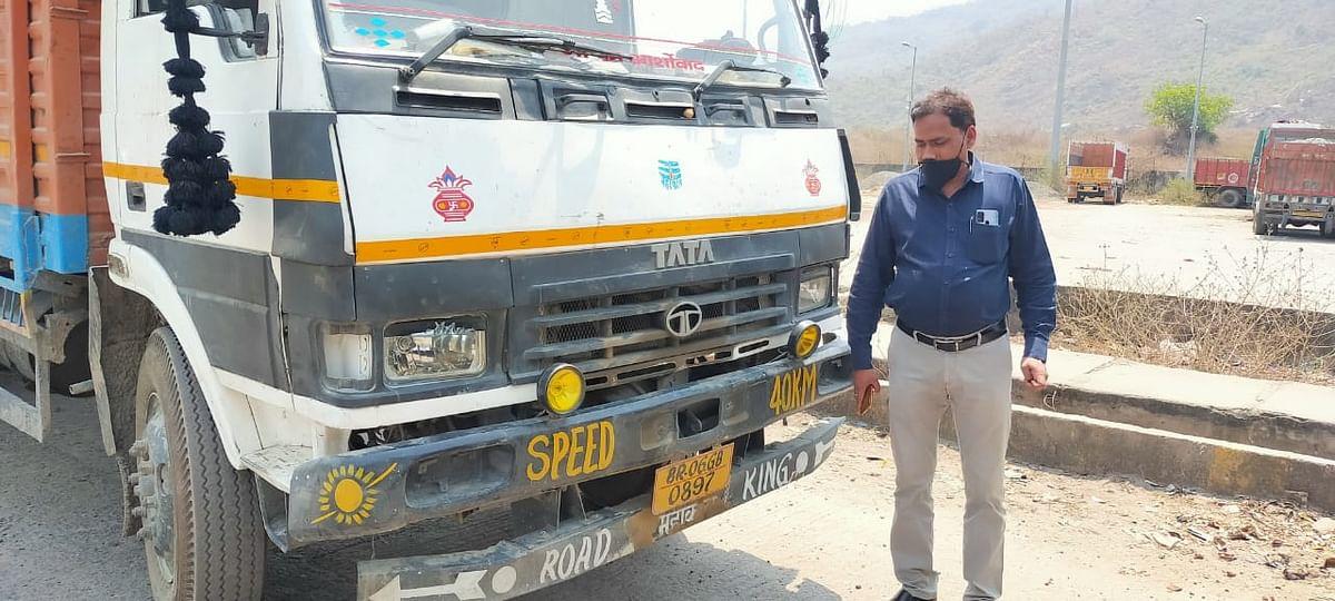 liquor-worth-rs-25-lakh-seized-on-two-trucks-three-mafia-arrested