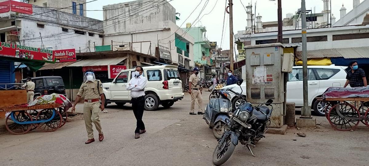 डीएम-एसपी ने सिवनी शहर का भ्रमण कर कोरोना कर्फ्यू का लिया जायजा, 04 दुकानें सील