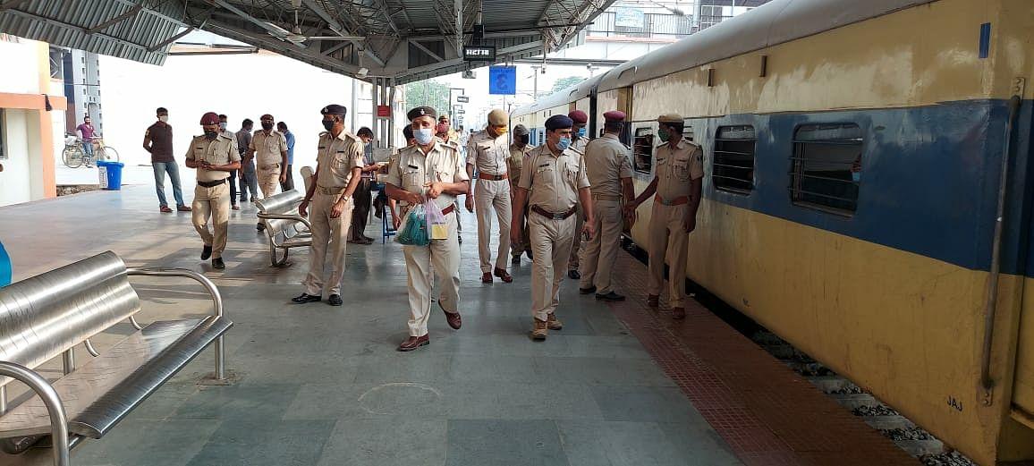 जीआरपी ने ट्रेनों में चलाया मास्क चेकिंग अभियान,वसूली जुर्माने की राशि