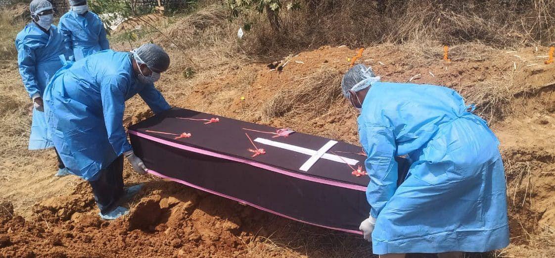 कोरोना संक्रमित का शव दफनाने का लोगों ने किया विरोध
