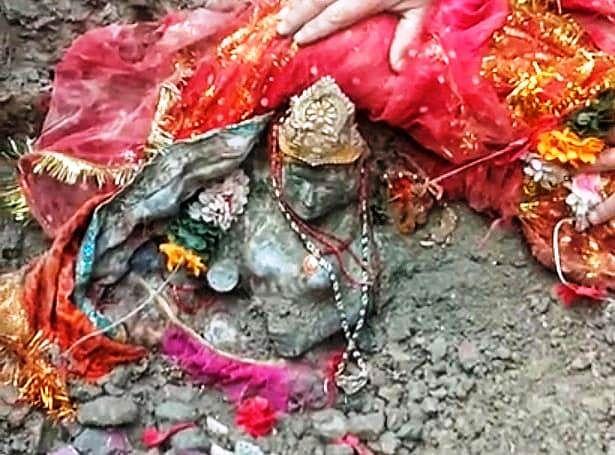 तपोवन आपदा में बहे काली मंदिर की मूर्ति को ग्रामीणों ने खुदाई कर खोज निकाला