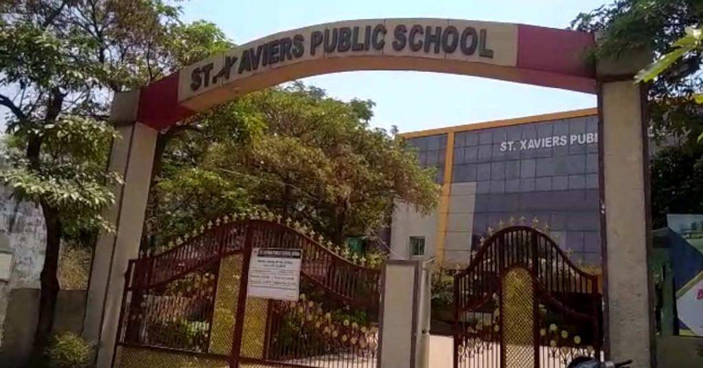 कोरबा : सेंट जेवियर्स स्कूल की मनमानी, स्कूल परिसर में पालकों को बेच रहे थे पुस्तक