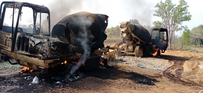 बीजापुर : नक्सलियों ने फिल्टर प्लांट निर्माण में लगी पांच वाहनों को किया आग के हवाले