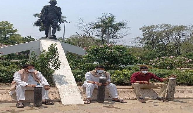 जीतू पटवारी ने गांधी जी की प्रतिमा के नीचे बैठकर मुख्यमंत्री शिवराज सिंह चौहान से किया सत्य बोलने का आग्रह, प्रधानंत्री से की ऑक्सीजन की माँग