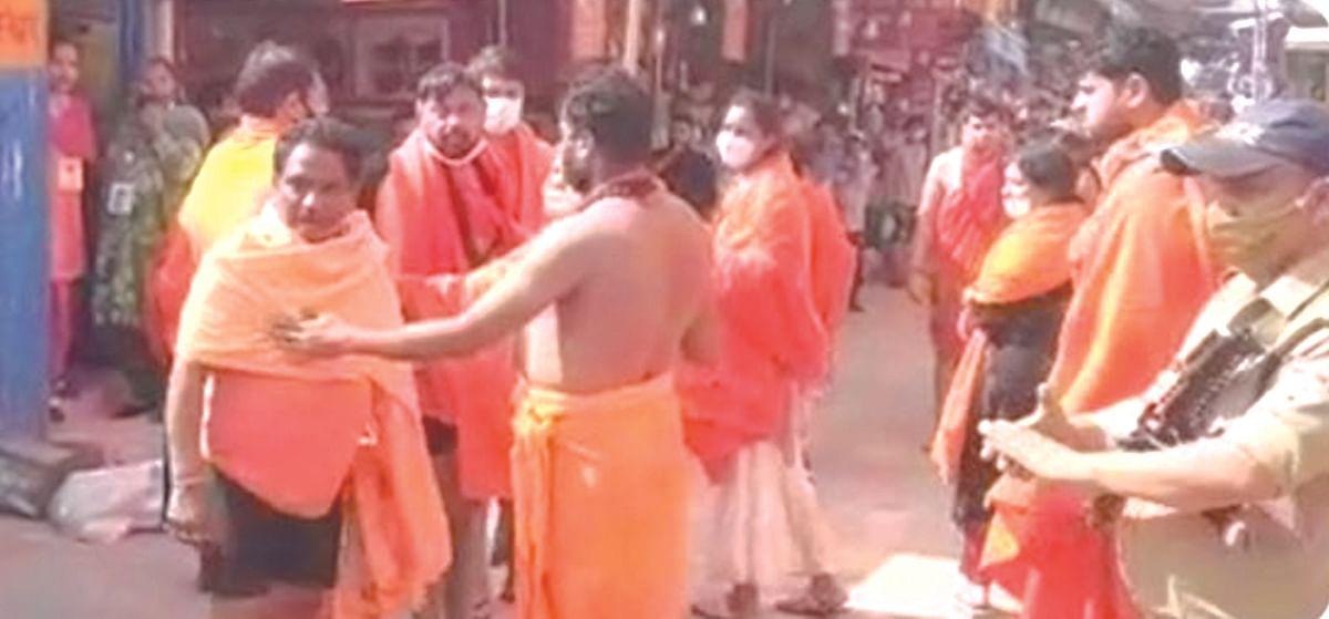 शाही स्नान पर भी गुप्ता बंधुओं ने दिखाई दबंगई