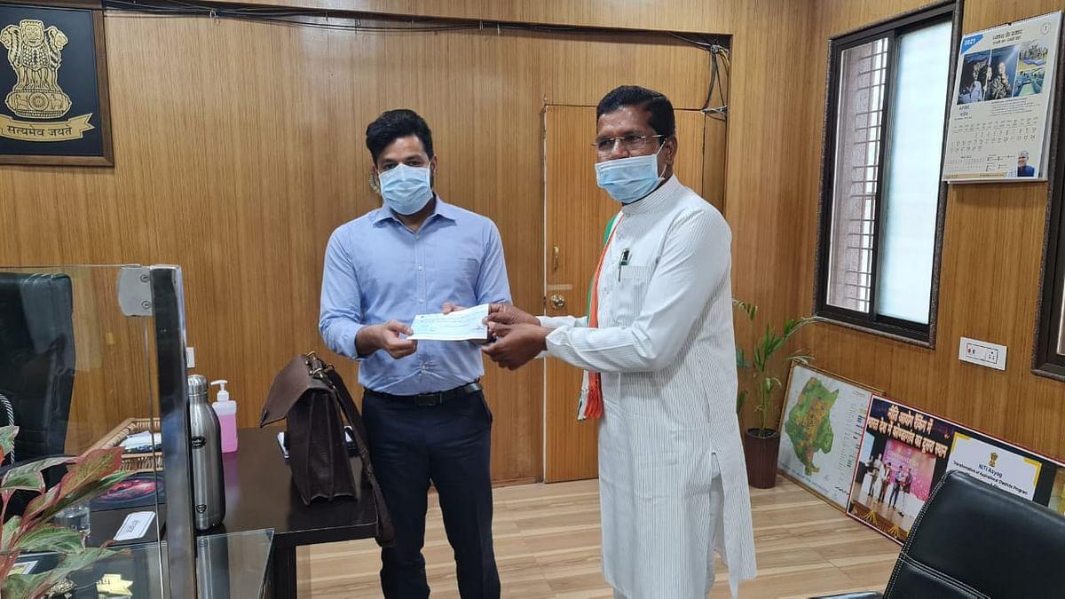 कोण्डागांव- विधायक मोहन मरकाम ने एक माह का वेतन मुख्यमंत्री सहायता कोष में किया दान