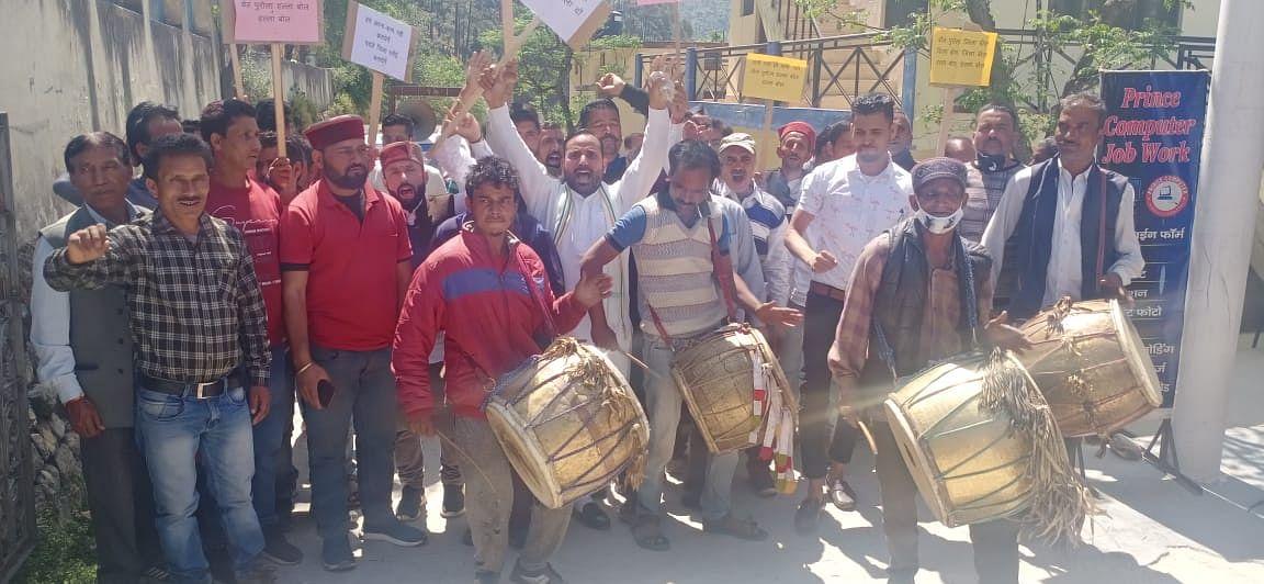 पृथक रवांई जनपद की मांग को लेकर ग्रामीणों ने किया प्रदर्शन