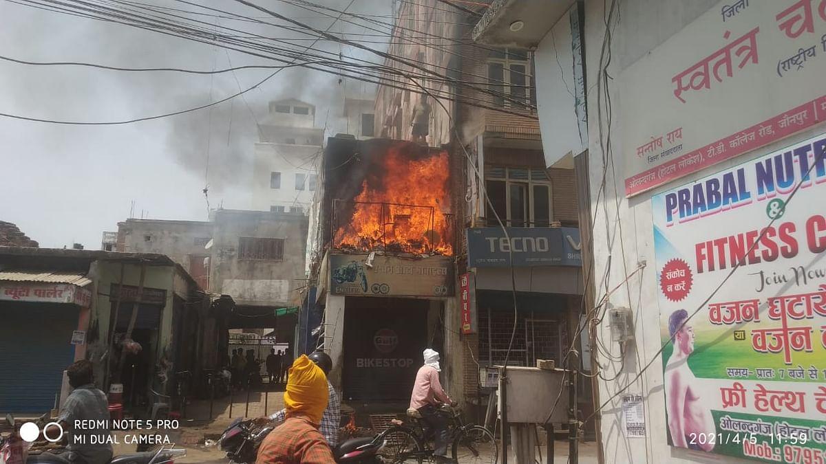 जौनपुर: मोटरपार्ट्स व स्पोर्ट्स गोदाम में लगी आग, लाखों का सामान राख