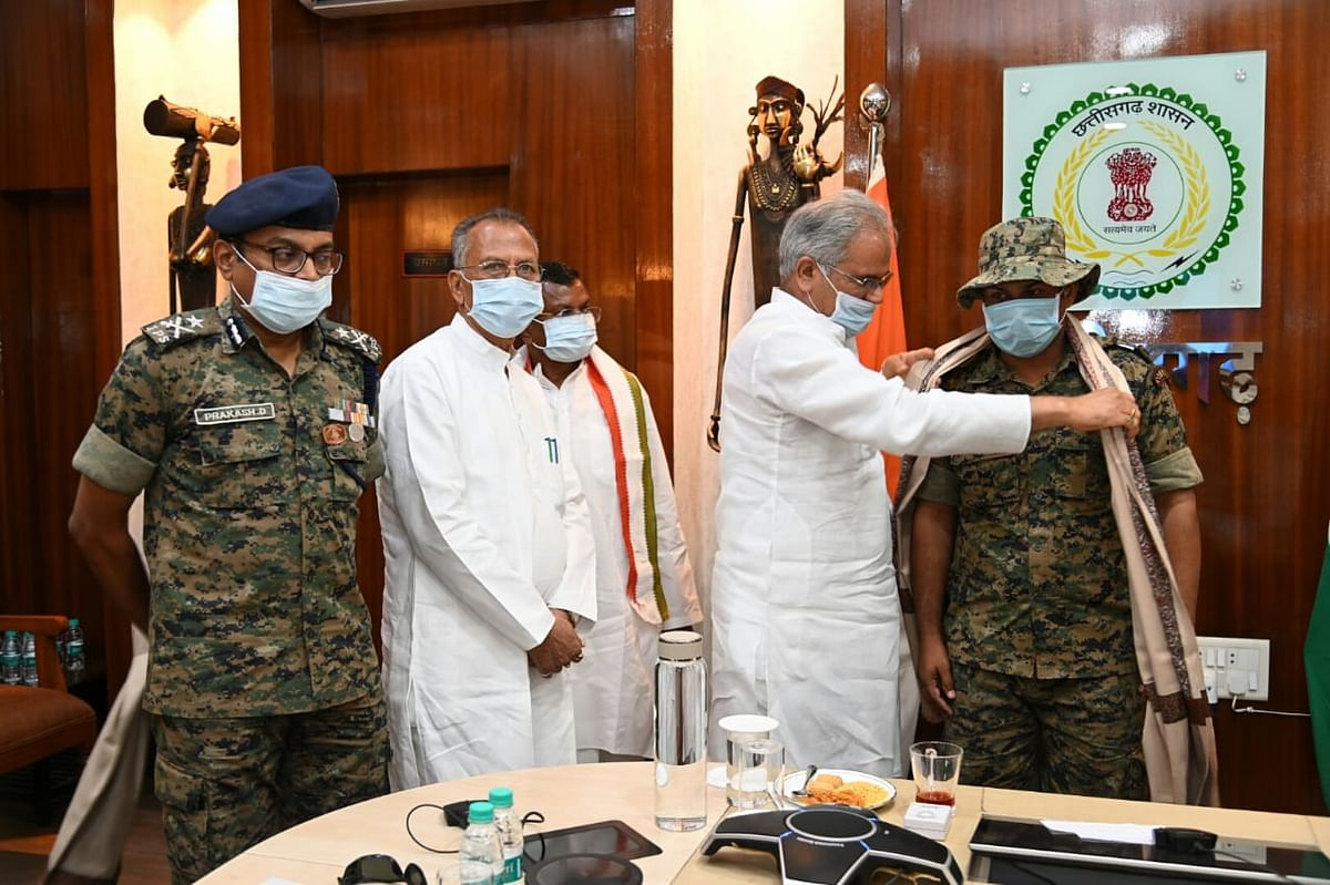रायपुर : मुख्यमंत्री ने नक्सलियों के कब्जे से सीआरपीएफ जवान को रिहा कराने वाली मध्यस्थ टीम के सदस्यों का किया अभिनंदन