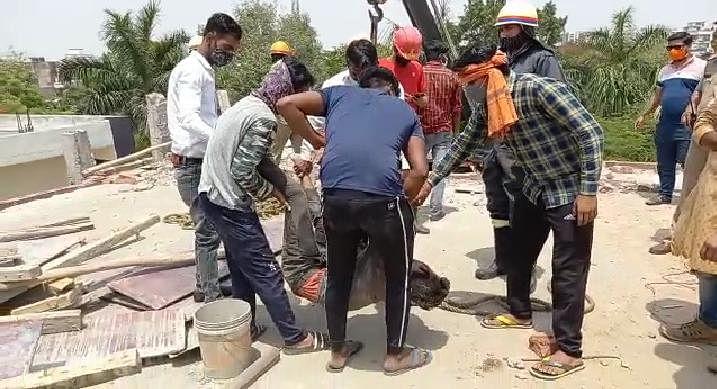 निर्माणाधीन बिल्डिंग की शटरिंग खोलने में गिरी स्लैब, एक मजदूर की मौत