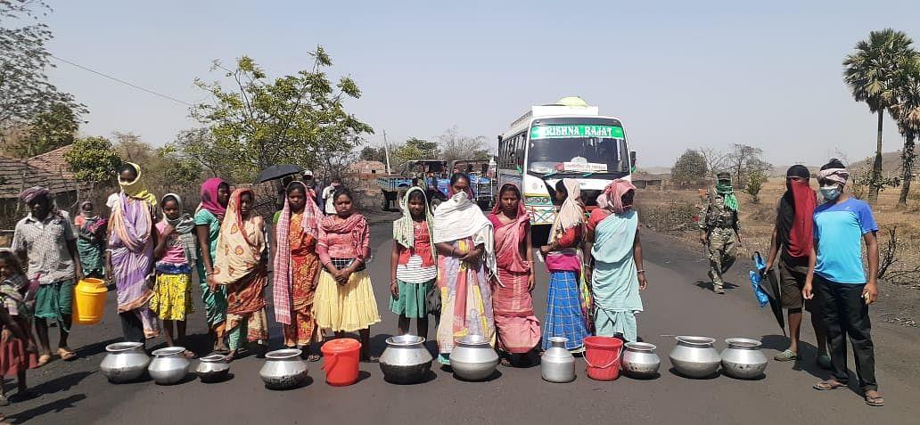 पेयजल की किल्लत झेलते ग्रामीणों ने किया रोड जाम