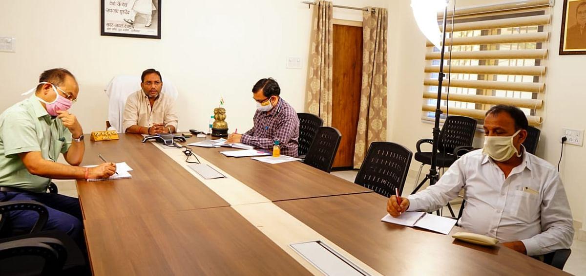 दुर्ग : अहिवारा विधानसभा क्षेत्र के कोरोना पीड़ितों को मिले बेहतर इलाज, विधायक निधि से मंत्री गुरु रूद्र कुमार ने दिए 30 लाख