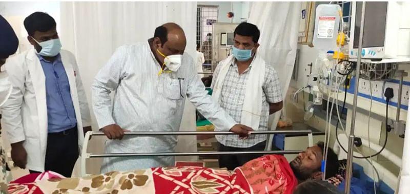 बीजापुर : प्रभारी मंत्री बीजापुर पंहुचकर घायल जवानों से की मुलाकात