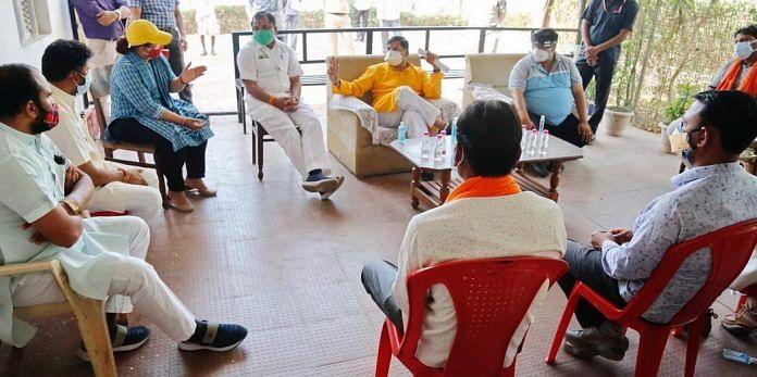 उच्च शिक्षा मंत्री  यादव सांसद फिरोजिया के साथ भर्ती मरीजों के हाल जानने पहुंचे कोविड सेंअर