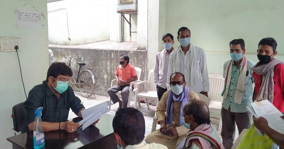 रायगढ़:ग्राम पंचायत बाघाडोला के विकास को लेकर विधायक नायक से मिले ग्रामवासी